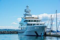 停泊处的M/Y洛拉夫人在西雅图` s埃利奥特海湾小游艇船坞 免版税图库摄影