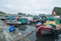 停泊小游艇船坞,下龙湾,广宁省,越南 免版税库存图片
