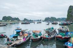 停泊小游艇船坞,下龙湾,广宁省,越南 免版税库存照片