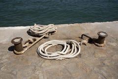 停泊绳索绑到在码头区的一个金属岗位上 库存照片