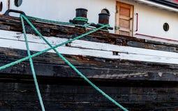 停泊绳索附在有门的一条小船 免版税图库摄影