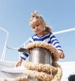 停泊船 冒险男孩水手旅行的海 与绳索的儿童逗人喜爱的水手帮助乘快艇弓 男孩可爱的水手 免版税库存图片