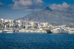 停泊Puerto Banus,马尔韦利亚的游艇 免版税库存图片