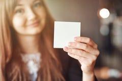 停滞方形的空白的干净的贴纸嘲笑的女商人手 文本的接近的背景地方 库存照片