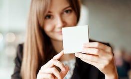 停滞方形的空白的干净的贴纸嘲笑的女商人手 文本的接近的背景地方 免版税库存图片