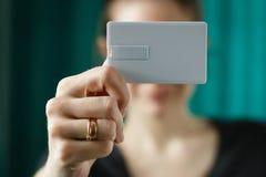 停滞usb一刹那bussines卡片模板嘲笑的妇女,事务的,选择聚焦空白的身份证纸 图库摄影