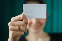 停滞usb一刹那bussines卡片模板嘲笑的妇女,事务的,选择聚焦空白的身份证纸 免版税库存图片
