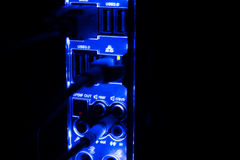 停电,被弄脏的边界 关闭蓝色网络缆绳被连接到发光在黑暗的黑开关 免版税库存照片