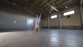 停留在他的手上和移动他的腿-显示的人capoeira元素 影视素材
