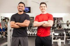 停留在健身房的男性朋友 免版税库存照片