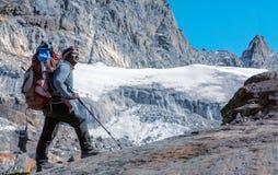 停留在冰川的尼泊尔山指南画象被定调子 图库摄影
