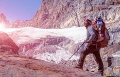 停留在冰川的尼泊尔山指南画象晴朗 免版税库存图片