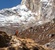 停留在小径的尼泊尔山指南偶象画象  免版税库存照片