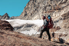 停留在岩石和冰川的尼泊尔山指南画象  库存图片