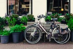 停留在街道上的两辆自行车 免版税图库摄影