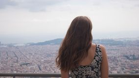 停留在观察台的女孩 巴塞罗那市鸟瞰图 城市概要 库存图片