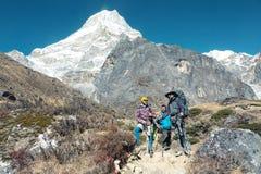 停留在高山的小径的远足者 库存图片
