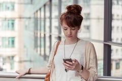 停留的少妇检查sms 免版税图库摄影