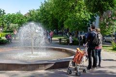 停留近的喷泉的人们 免版税库存图片