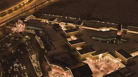 停车场、路有汽车的和被点燃的大厦夜顶视图在冬天 股票录像