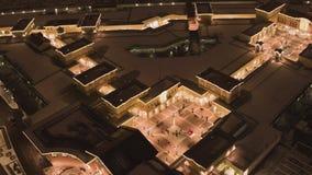 停车场、路有汽车的和被点燃的大厦夜顶视图在冬天 影视素材