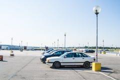 停车场与在日间五辆汽车的一个购物中心 免版税库存照片