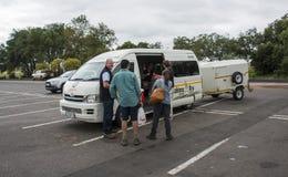 停车场中途停留的南非人们 库存照片