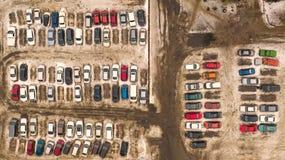 停车场的鸟瞰图与许多汽车的 库存图片