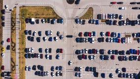 停车场空中自上而下的看法在城市购物中心附近的 股票视频