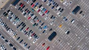 停车场空中顶视图与从上面许多汽车的,运输概念 免版税库存图片