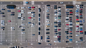停车场空中顶视图与从上面许多汽车的,运输概念 库存图片