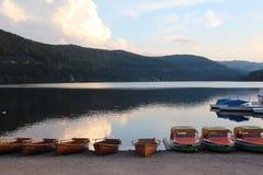 停车处小船在Titisee湖,德国 图库摄影