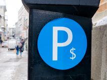停车处机器在蒙特利尔,有被弄脏的背景,魁北克,加拿大 免版税库存照片