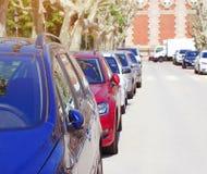 停车处汽车在城市,许多汽车 免版税库存图片
