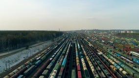 停车处火车 空中录影显示有许多火车的大列车车库 火车的顶视图在轨道乘坐 录影4K 股票视频
