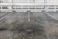 停车库内部与汽车和空置停车场的 免版税库存图片