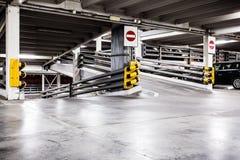 停车库内部和汽车 免版税库存照片