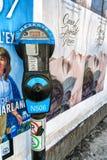 停车时间计时器和街道艺术海报 库存图片