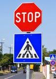 停车牌在行人交叉路 库存照片