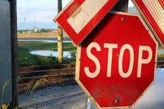 停车牌在铁路 免版税库存照片