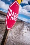 停车牌(削去)在一个落寞风景的铁路交叉 免版税库存照片