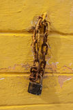 黑停轮链紧固金属工业箱子 免版税库存图片