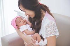 停滞她的女婴,关闭的妇女 免版税图库摄影