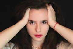 停滞她的胳膊的黑发秀丽,有被设计的分支背景 库存照片
