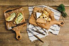 健康三明治用鲕梨、乳酪和草本在木板 库存图片
