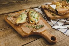 健康三明治用鲕梨、乳酪和草本在木板 图库摄影