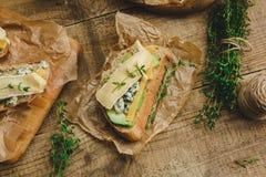 健康三明治用鲕梨、乳酪和草本 在木背景 免版税库存图片