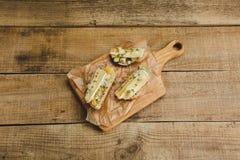 健康三明治用鲕梨、乳酪和草本 在木背景 免版税库存照片