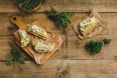 健康三明治用鲕梨、乳酪和草本 在木背景 图库摄影