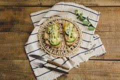 健康三明治用鲕梨、乳酪和草本 在木背景 免版税图库摄影
